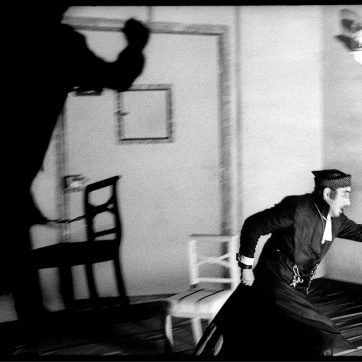 """Nandor Tomory (Bartolo) in """"Der Barbier von Sevilla"""" (Gioachino Rossini), Theaterfotografie von 1996"""