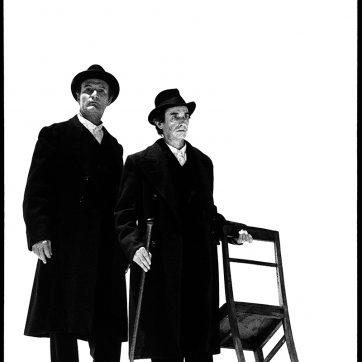 """Günter Neubert und Christoph Bantzer (Aron, Moses) in """"Moses und Aron"""" (Arnold Schönberg), Theaterfotografie von 1996"""