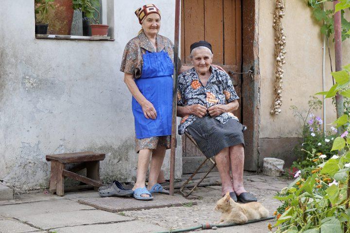 Eine schwäbisch-ungarische und eine rumänische Bäuerin bewirten uns.