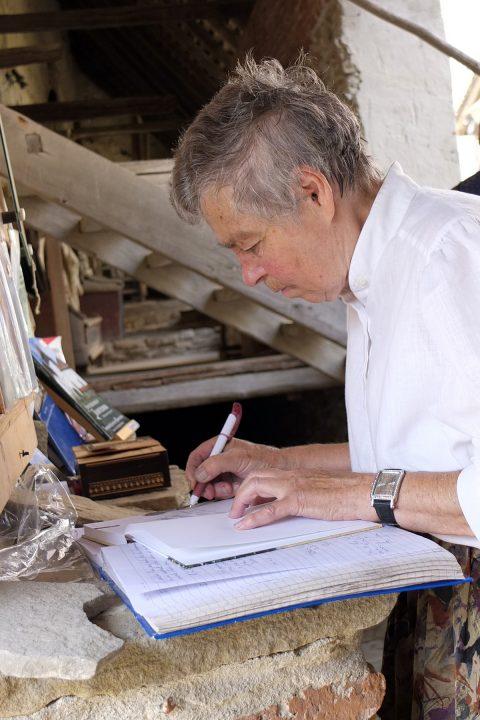 Hier signiert sie uns ihr Buch, während der Sohn von Peter Maffay nebenan die Glocken läutet.
