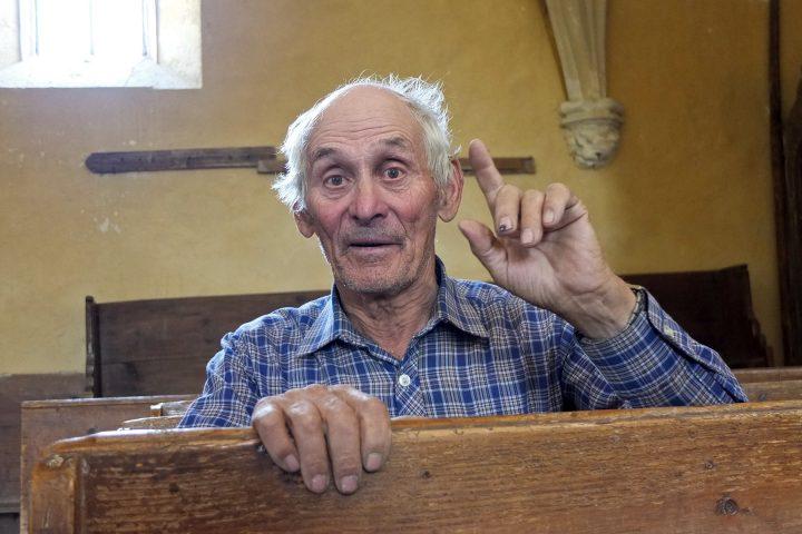 """Burghüter ist Hans Schaas. Er und seine Frau sind die beiden letzten Sachsen im Dorf (wenn man die vielen """"Sommersachsen"""" nicht mitzählt). Geboren wurde er """"im 1933er Jahr"""". Seine Kirchenführung dauert 1 Stunde und ist alleine den Abstecher ins schöne Reichsdorf wert. (Wahrscheinlich macht Herr Schaas die Kirchenführung aus Altersgründen inzwischen nicht mehr)"""