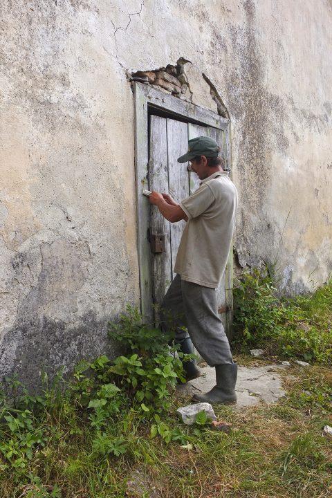 Ein Roma öffnet uns - er wohnt in der Burhüterwohnung (1 Zimmer).