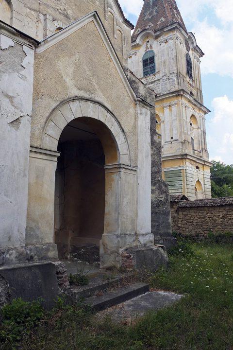 Kirche und Turm sind derart marode, dass man sie in Westeuropa mit Sicherheit nicht betreten dürfte.