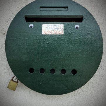 grünes Briefkastengesicht