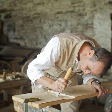 Tischler beim Bau einer einfachen Holzbank