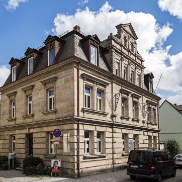 Die ehemalige Fabrikantenvilla - ein Sandsteinquaderbau im Stil der sog. Neurenaissance