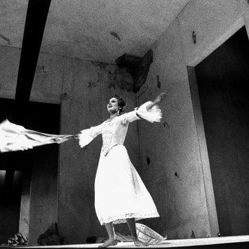 """Anne Lünenbürger (Konstanze) in """"Die Entführung aus dem Serail"""" (W. A. Mozart), Theaterfotografie von 1996"""