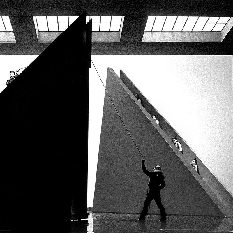 """Annette Elster (Montezuma) und Bewegungschor in """"Die Eroberung von Mexiko"""" (Wolfgang Riehm), Theaterfotografie von 1996"""