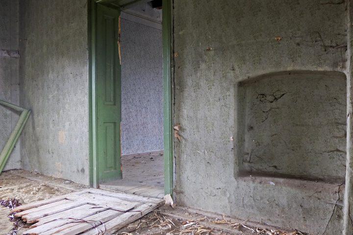 Das schöne, verfallene, grüne Haus liegt gleich neben dem Telefontreff.