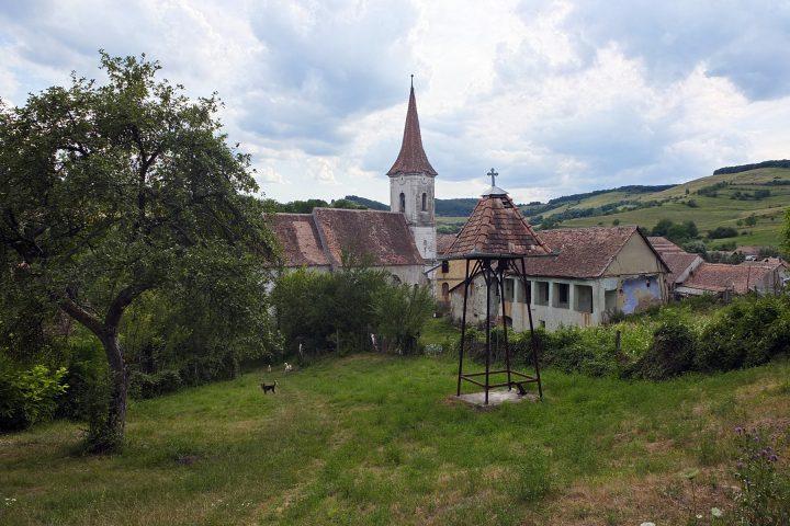 Die Kirchenburg, ehemals auch befestigt, ist in einem bemitleidenswerten Zustand...