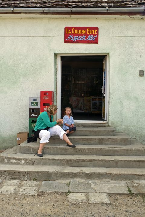 ...und eine Bar, bzw. einen Dorfladen mit einem wunderbaren, aus drei Sprachen zusammengesetzten Namen.