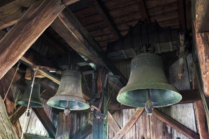 Die Glocken hängen noch im Kirchturm,...