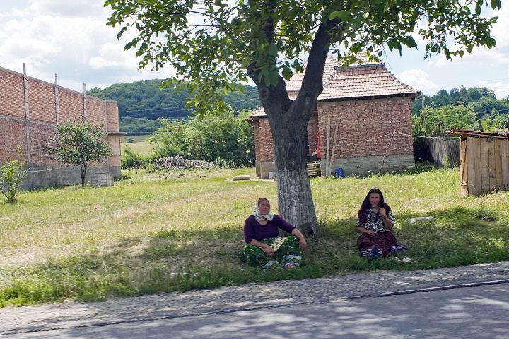In Pretai / Brateiu prägen Kalderasch das Bild an der Hauptstraße...