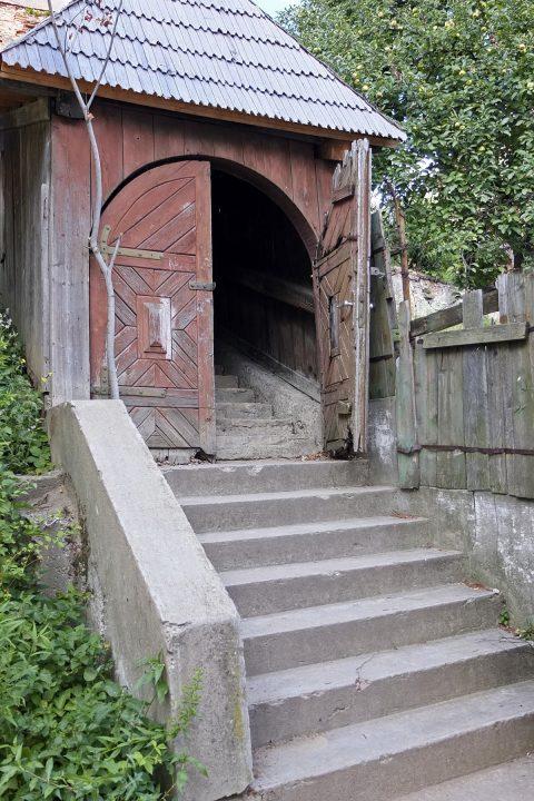 Aufgang zur völlig verwahrlosten Kirchenburg...