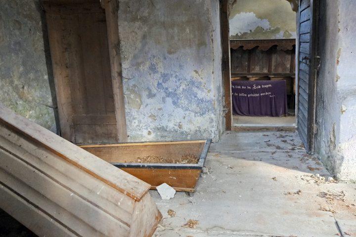 Der Blick von außen in die Sakristei könnte jederzeit weitere Klischees über Transsilvanien bedienen.