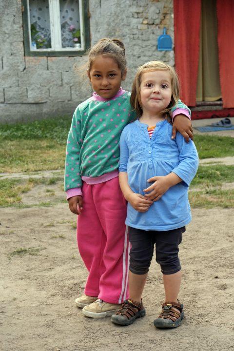 Ein Romamädchen und eines aus Westeuropa