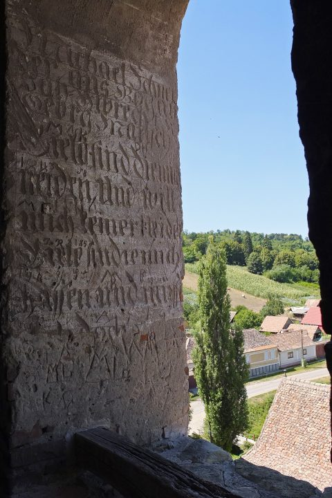 Inschrift an einem Turmfenster