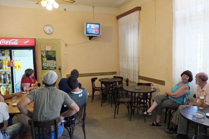 Bei unserer Ankunft in Reichesdorf / Richis sitzt das halbe Dorf in der Bar und sieht einen TV-Beitrag über sich selbst.