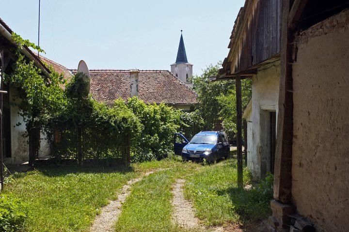 Wir wohnen in einem ehemals sächsischen Hof mit Blick auf die Reichesdorfer Kirche.