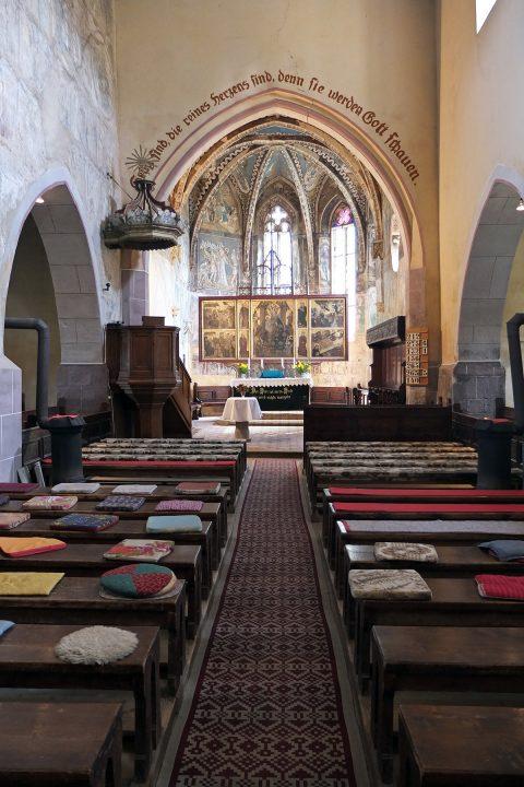 Während der ansonsten regelmäßig stattfindenden Gottesdienste sitzen manche Gemeindemitglieder auf eigenen Kissen.