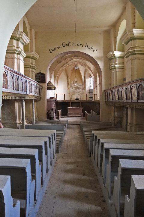 Im Kircheninneren herrscht, von den Bänken abgesehen, Leere und wie in vielen abgelegenen Dörfern sind wir nicht sicher, ob die Kirche geplündert wurde oder man den Rest in ein Museum gebracht hat.