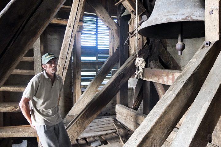 Mit dem vermeintlichen Burghüter im freistehenden Glockenturm von Denndorf.