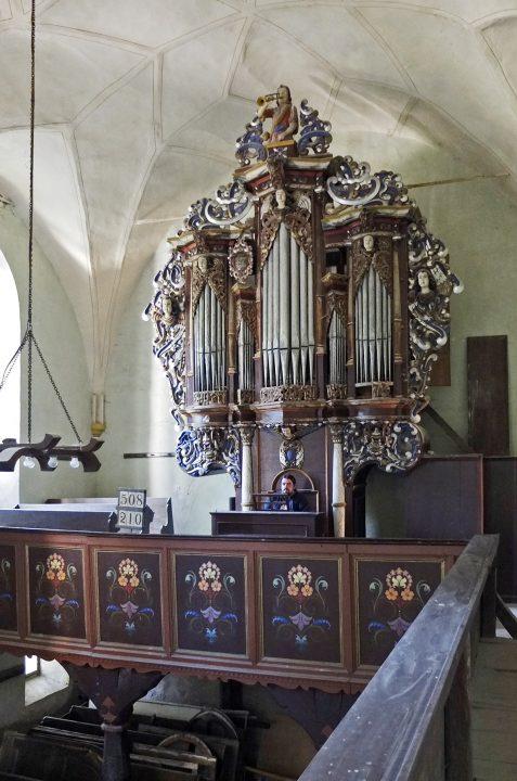 …und rockt die Orgel. (er spielt tatsächlich selbstkomponierte Stücke aus seiner Metal- oder Hardrockvergangenheit auf der Orgel)