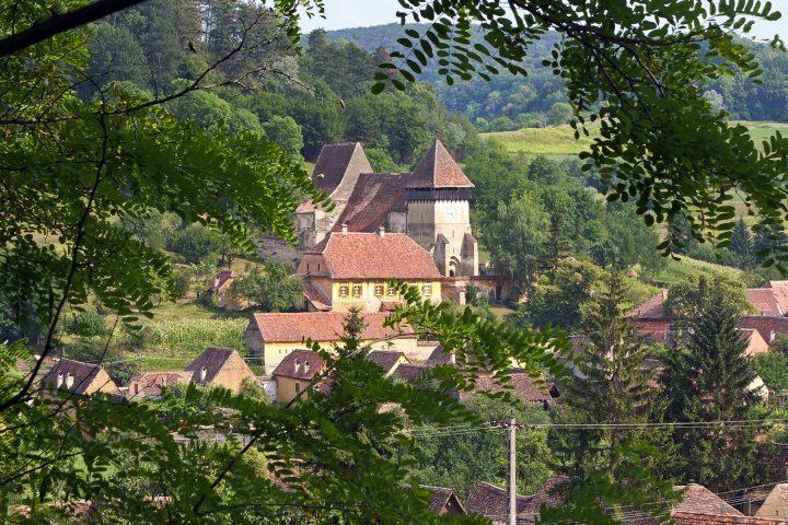 Nach Großkopisch führt keine befestigte Straße, keine öffentlichen Verkehrsmittel. Die Basilika stammt aus dem 14. Jahrhundert und wurde später zur Kirchenburg ausgebaut.