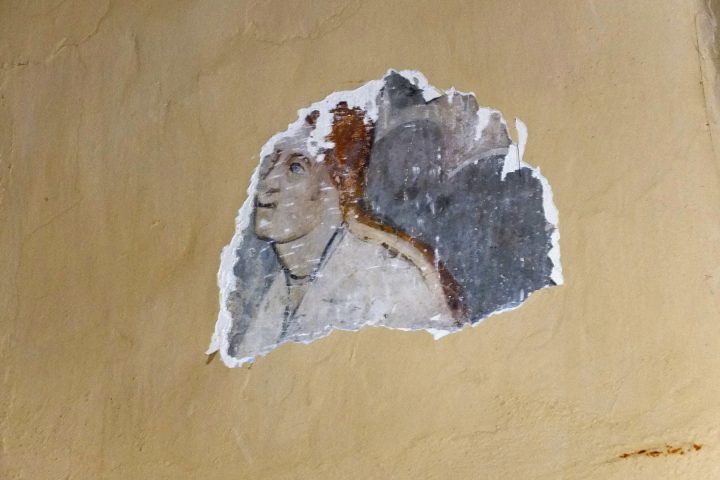 Dies ist allerdings noch etwas älter. Wie in vielen anderen Kirchen der evangelischen Siebenbürger Sachsen finden sich unter Putz und Farbe vorreformatorische Fresken.