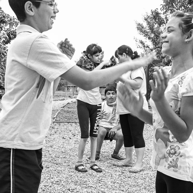 Kinder spielen im Garten in Tinca