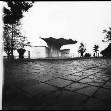 Sassnitz, Orchesterpavillon von Ulrich Müther (aus Versehen den Schieber nach der Belichtung nochmals ein Stück aus der Kassette gezogen)