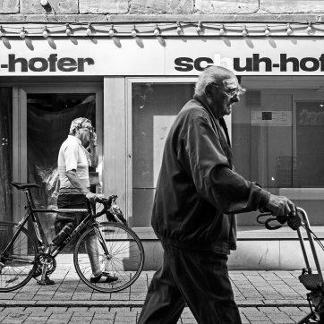 Ältere Herren schieben von links nach rechts