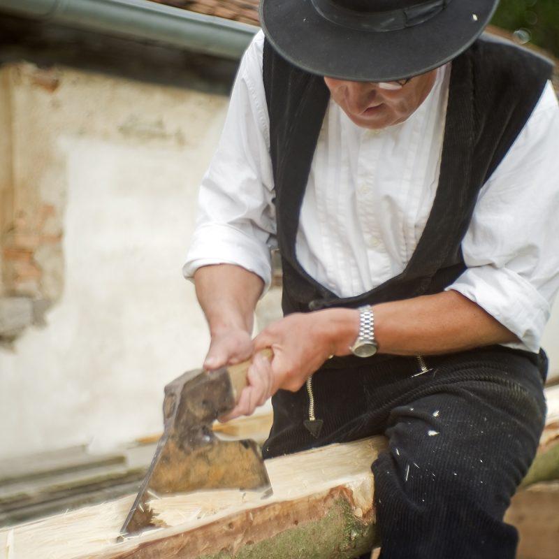 Zimmermann macht eine Dachrinne