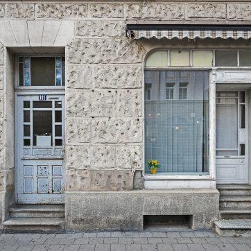 Wie lange dauert es wohl, bis Eingang und Schaufenster aussehen wie nebenan bei Nr. 149?