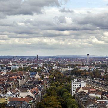 Über Hornschuchpromenade und Eisenbahn sieht man nach Nürnberg.