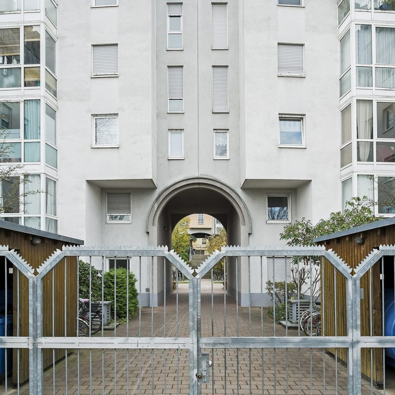 Postmoderne Bebauung an der Dr.-Mack-Straße - Durchgang zur Lange Straße