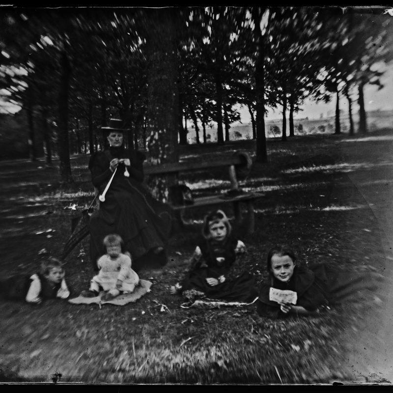 """Heilsbronn, """"Mama mit den 4 Kleinen im Eichenhain"""""""