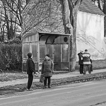 Bushaltestelle in Bechyně mit originalen vintage Omis aus Südböhmen