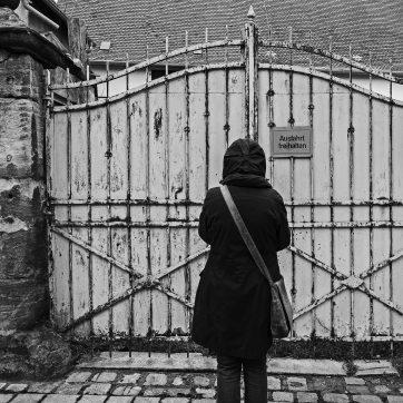Frau hält Ausfahrt frei (was ist eigentlich der Unterschied zwischen Ein- und Ausfahrt?)