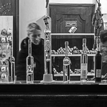In Český Krumlov kaufen Touristen Schnaps und Wurst