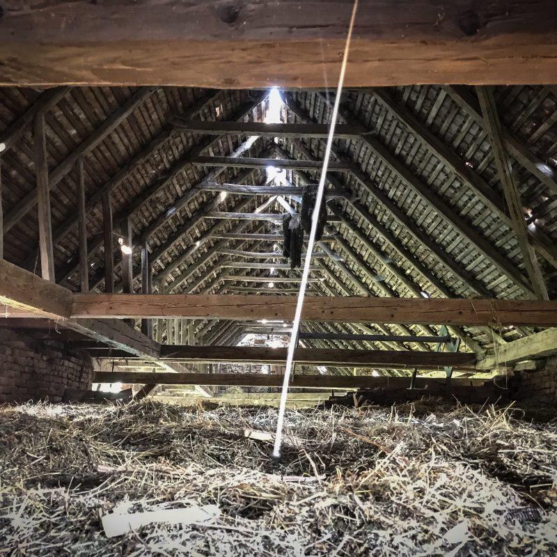 Dachstuhl Scheune, ein bißchen Licht kommt durch, sonst o.k.