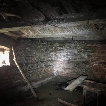 zweiter Keller, gemauertes Gewölbe, Querträger /-streben aus Beton? - Decke sieht gut aus, Wände sind mäßig feucht...