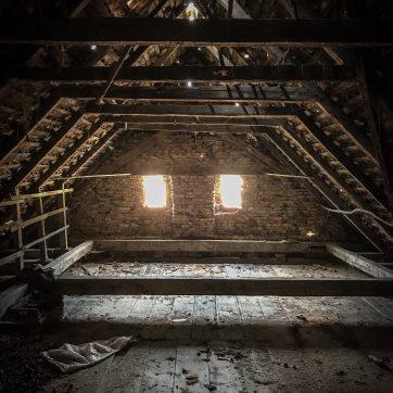 Dachboden des Wohnhauses, wenig Licht, trocken