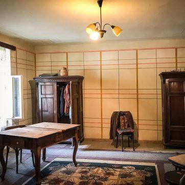 zweiter Wohnraum mit original bemalter Wand (30er Jahre ?) und den Möbeln der letzten sächsischen Bewohner