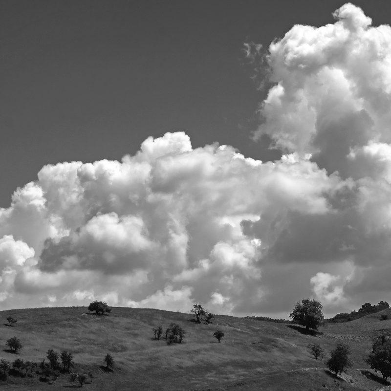 Hügel mit Wolkengebirge