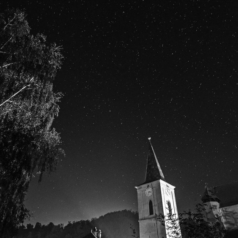 Kirche mit Sternenhimmel vom Pfarrhof aus