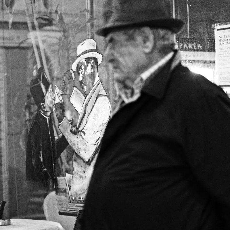 Don Camillo und Peppone (man glaubt die Figuren in den Gesichtern der Einwohner zu erkennen)