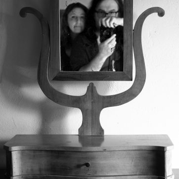 Der lyrenförmige Spiegel im Schlafzimmer...