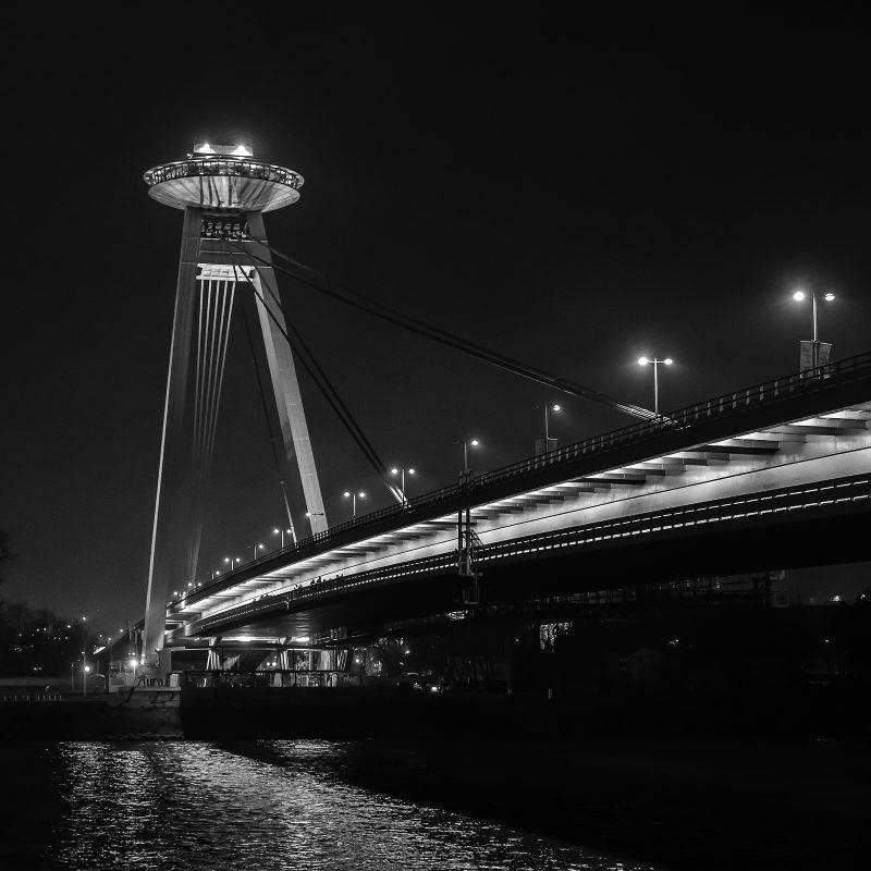 SNP Brücke über die Donau - Restaurant auf den Brückenpfeilern