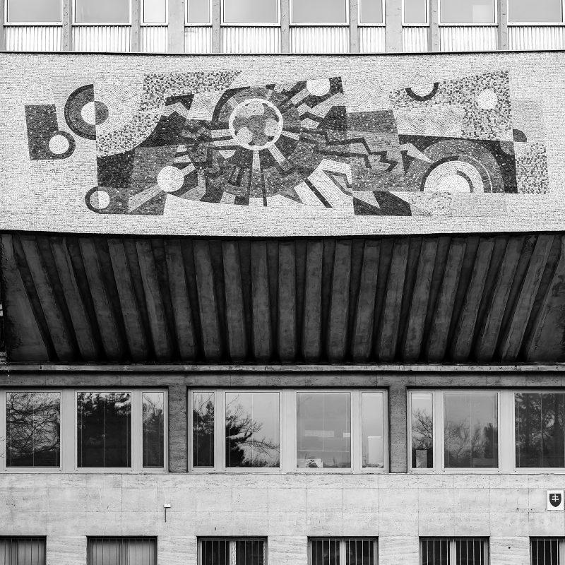 Mosaik am Eingang zur Technischen Universität